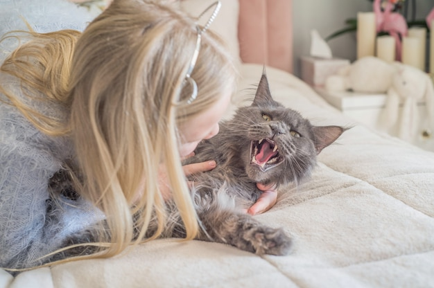 Ragazza abbraccia il suo gatto
