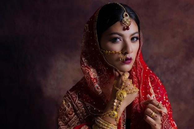 Ragazza in vestito nazionale dell'india