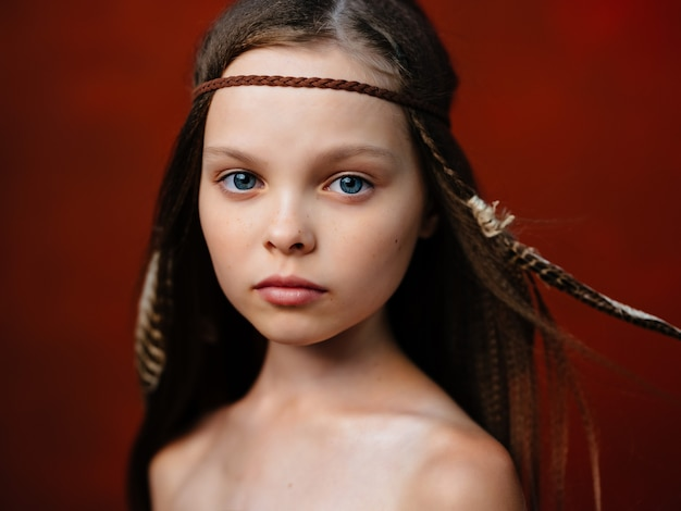 Ragazza indiana etnica acconciatura apache sfondo rosso