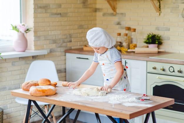 La ragazza sta imparando a fare una torta