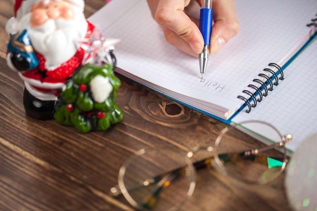 Una ragazza è pronta a scrivere una lettera a babbo natale