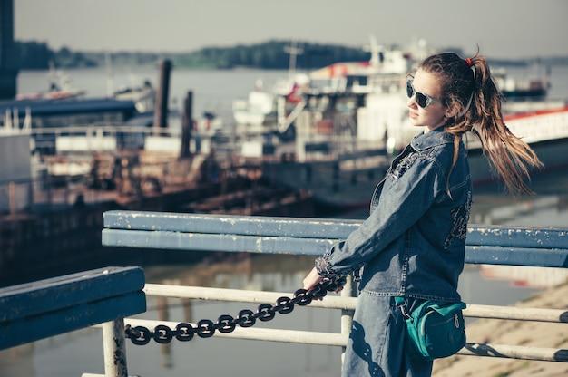 La ragazza sta camminando nella stazione del fiume