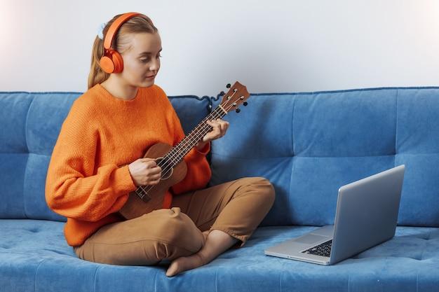 La ragazza impara a suonare uno strumento musicale online