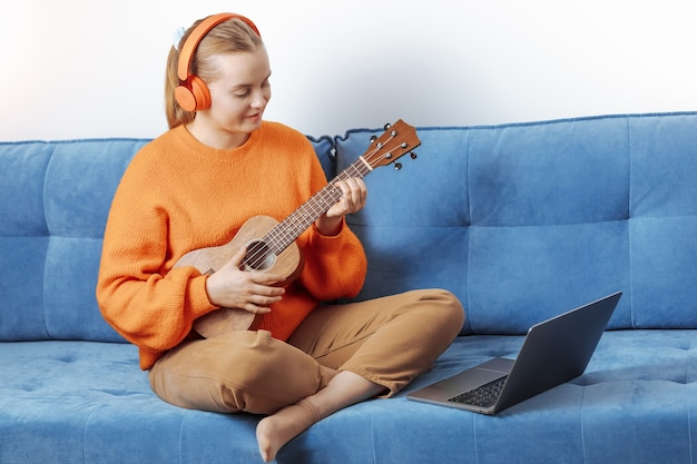 La ragazza impara a suonare l'ukulele a distanza