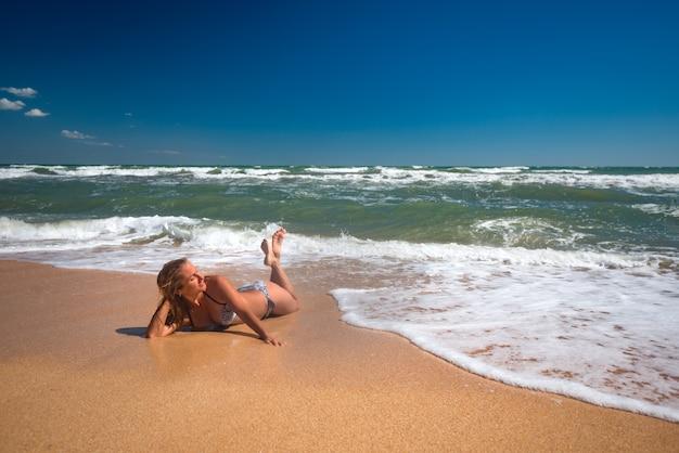 La ragazza si trova tra le onde e si gode la vista del bellissimo mare