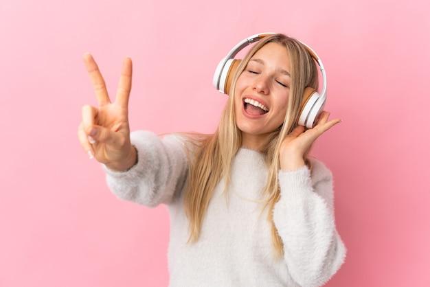 Ragazza che ascolta musica
