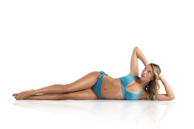 Ragazza sdraiata in bikini