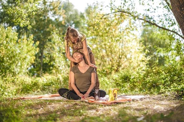 Massaggiatore ragazza che fa massaggio sul corpo della donna all'aperto
