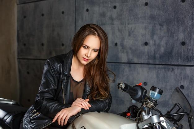 Ragazza e motocicletta