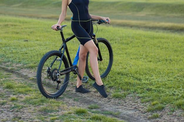 Ragazza su una mountain bike in fuoristrada bellissimo ritratto di un ciclista