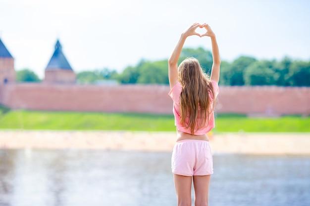 Ragazza al cremlino di novgorod al fiume volkhov