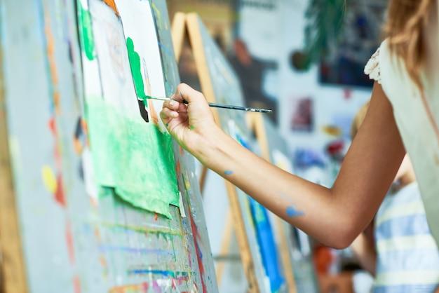 Ragazza che dipinge in classe d'arte