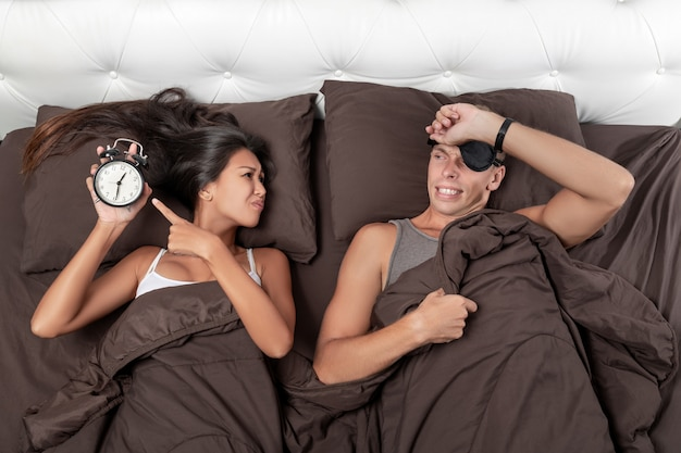 La ragazza in preda al panico sarà un giovane che solleva il bordo della maschera per dormire e capisce