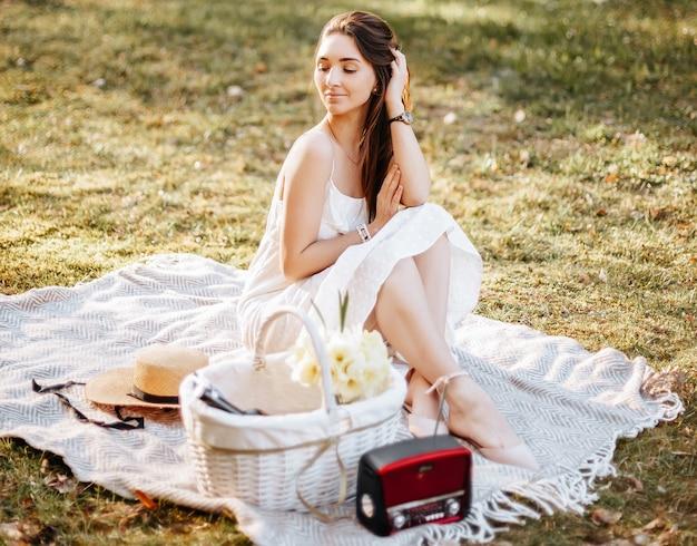 Ragazza su un picnic in primavera nel parco