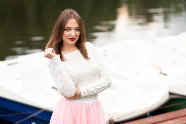 La ragazza sul molo con i catamarani. foto di alta qualità
