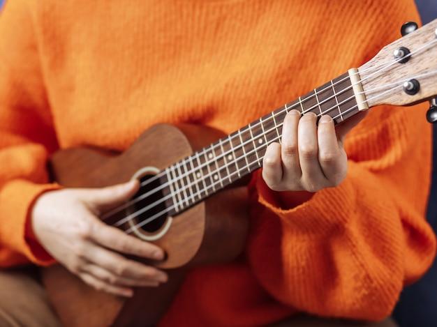 Ragazza che suona l'ukulele, primo piano Foto Premium