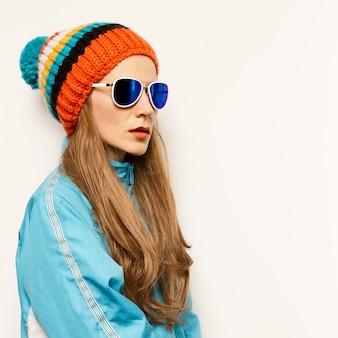 Ragazza cappello con pompon e occhiali alla moda snowboard accessori moda caldi