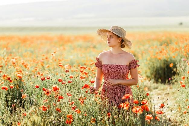 Una ragazza in un campo di papaveri.