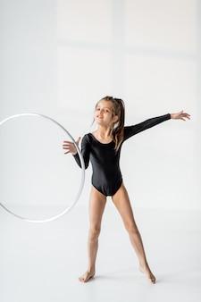 Ragazza che pratica ginnastica ritmica con un anello