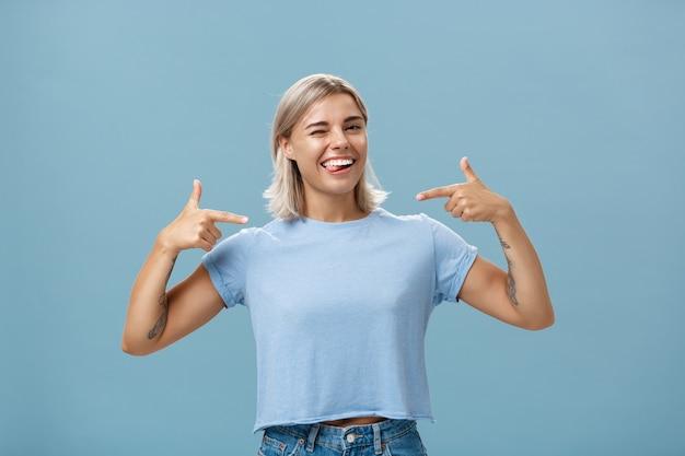 La ragazza indica con orgoglio a se stessa che si vanta dei propri successi.