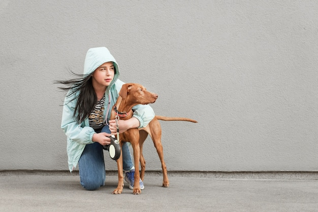 La ragazza e il cucciolo si siedono