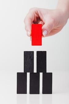La ragazza mette un domino rosso