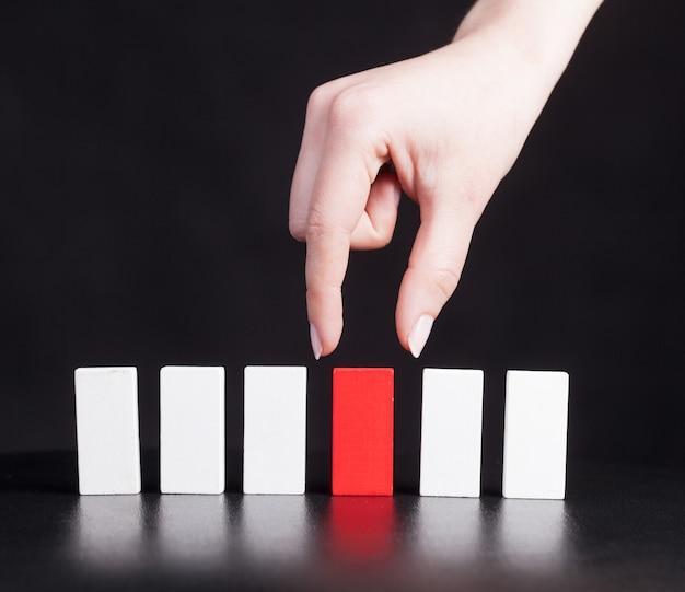 La ragazza mette un domino rosso Foto Premium