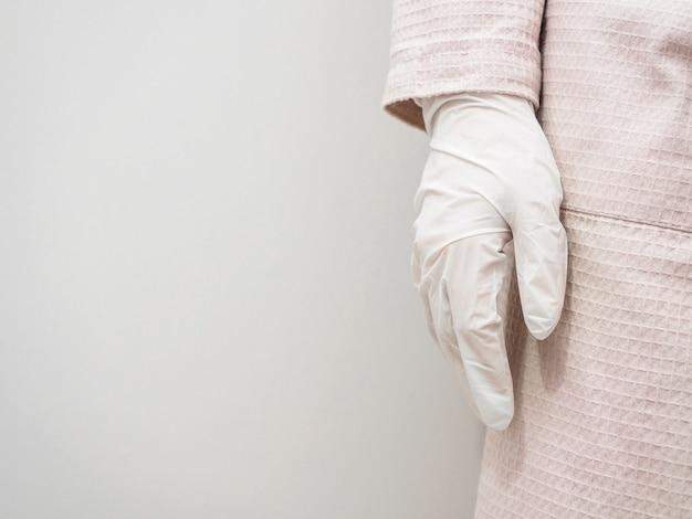 La ragazza indossa guanti di gomma sterili, copia dello spazio.