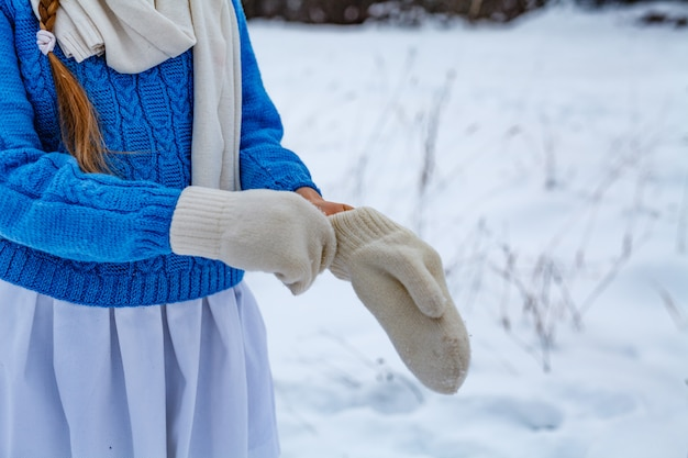 La ragazza indossa guanti bianchi
