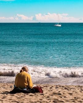Ragazza che legge in spiaggia