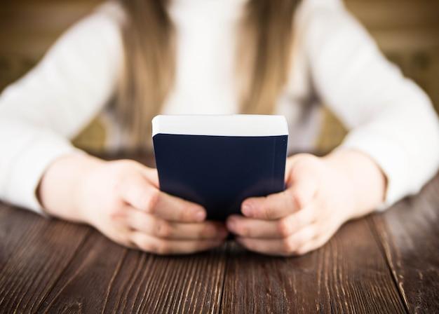 La ragazza legge la bibbia