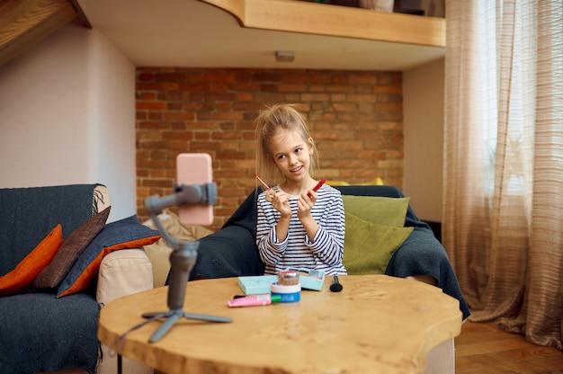 Ragazza registra blog, vlog hobby creativo, piccolo blogger. blogging per bambini in home studio, social media per un pubblico giovane, trasmissione internet online,
