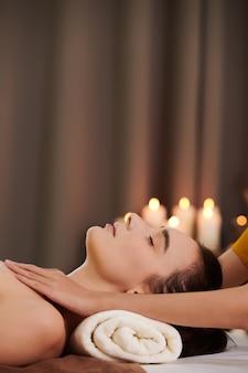 Ragazza che si rilassa durante il massaggio termale