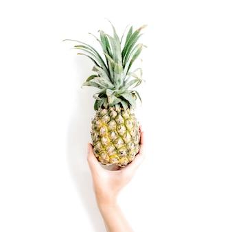 Ananas della holding della mano della ragazza.