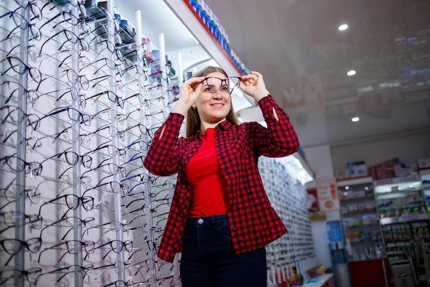 La ragazza con la maglietta tira fuori e si misura gli occhiali