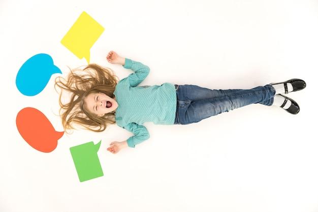 La ragazza grida sul pavimento vicino ai segni di dialogo. vista dall'alto