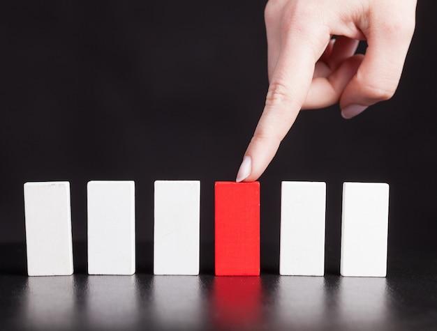 La ragazza mostra un domino rosso