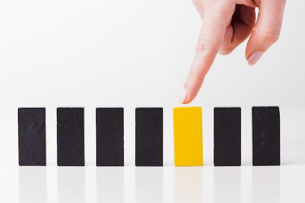 La ragazza mostra un domino giallo