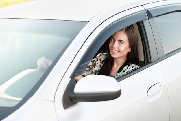Ragazza seduta al volante di acar