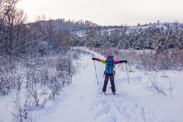 Una ragazza in tuta da sci con gli sci