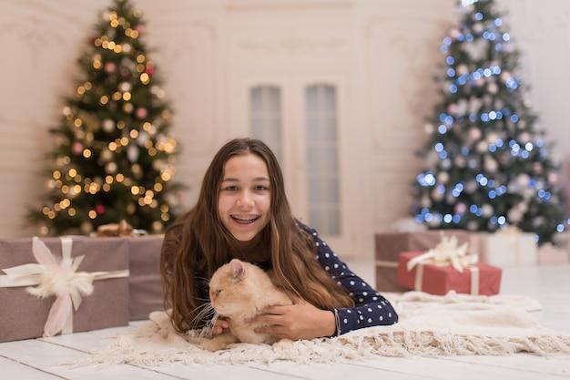 La ragazza trascorre le vacanze di natale con il suo gatto