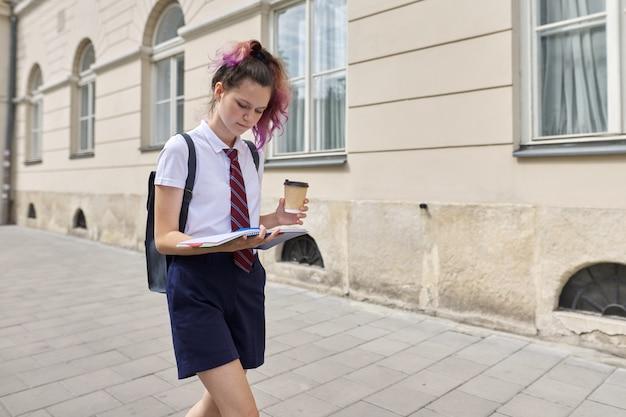 Studentessa 15, 16 anni che cammina con lo zaino