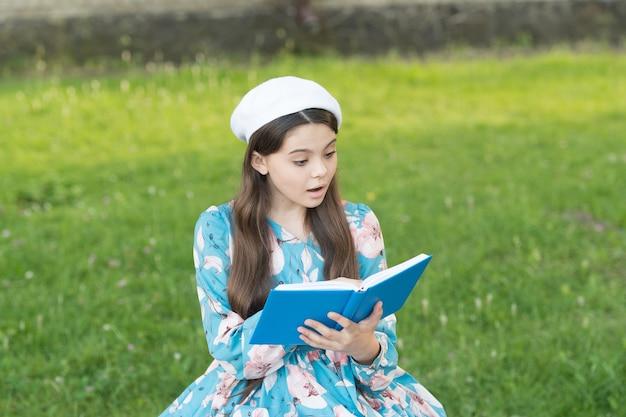 La lettura ispirata delle studentesse recita la poesia, il concetto di soggetto della letteratura classica.