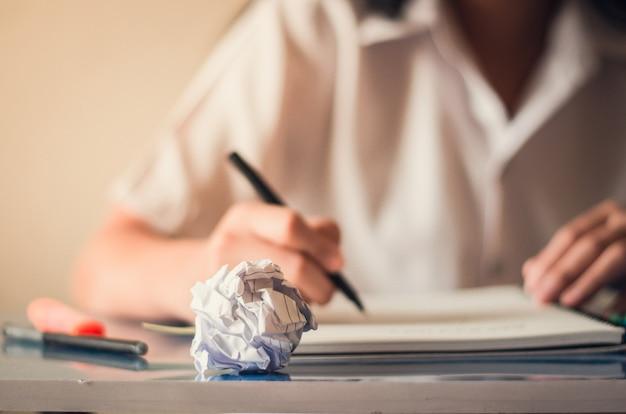 Una ragazza che studia e cerca conoscenza in classe