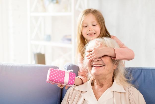 Sorpresa ragazza per la nonna