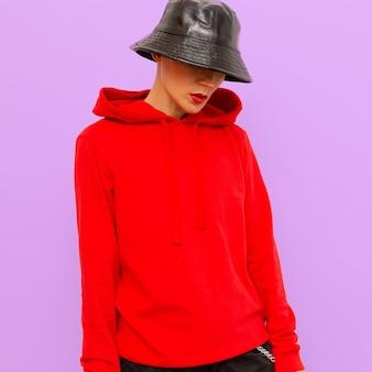 Ragazza con una felpa e un cappello panama. stile di moda urbana