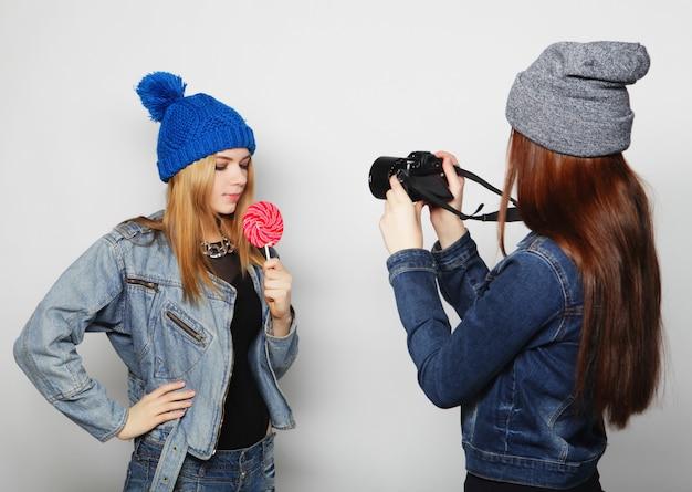 Una ragazza scatta una foto della sua amica