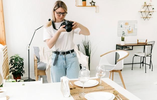 Una ragazza fa delle foto con una macchina fotografica