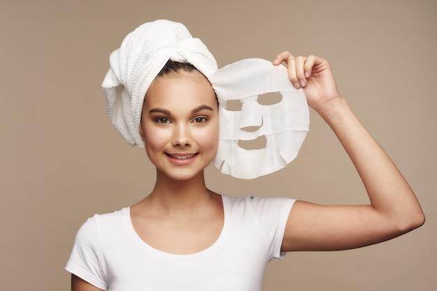 Ragazza che toglie la maschera facciale