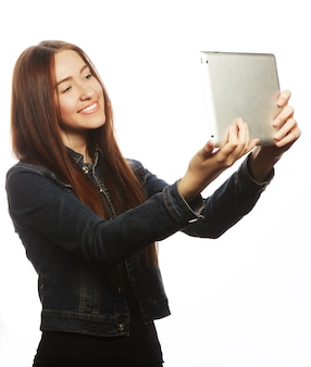 Ragazza che prende selfie con tavoletta digitale, isolata su sfondo bianco